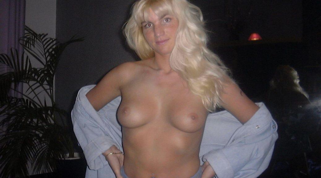 Blondine oben ohne